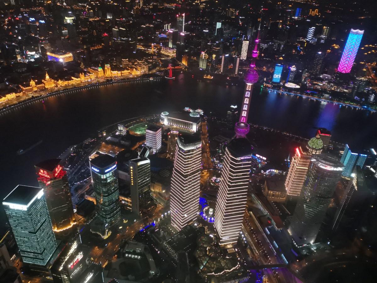 Shanghai by night: Ein Lichtspektakel aus dem 118 Stock des Shanghai Towers. (Bild: Andrea Freiermuth)