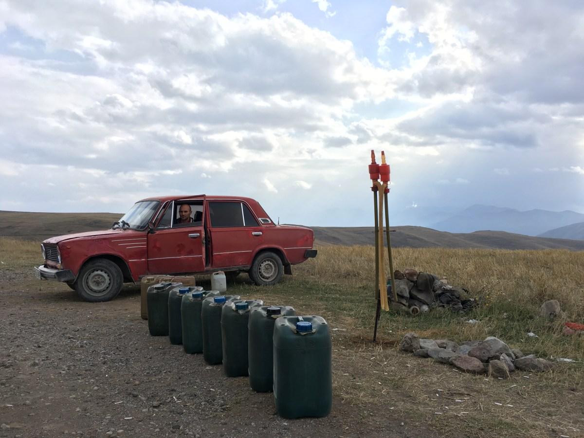 Der Mann im Lada hofft auf Kundschaft mit leerem Tank: Ich hätte derweil in jedem Dorf auf der Strecke eine Steckdose gefunden.