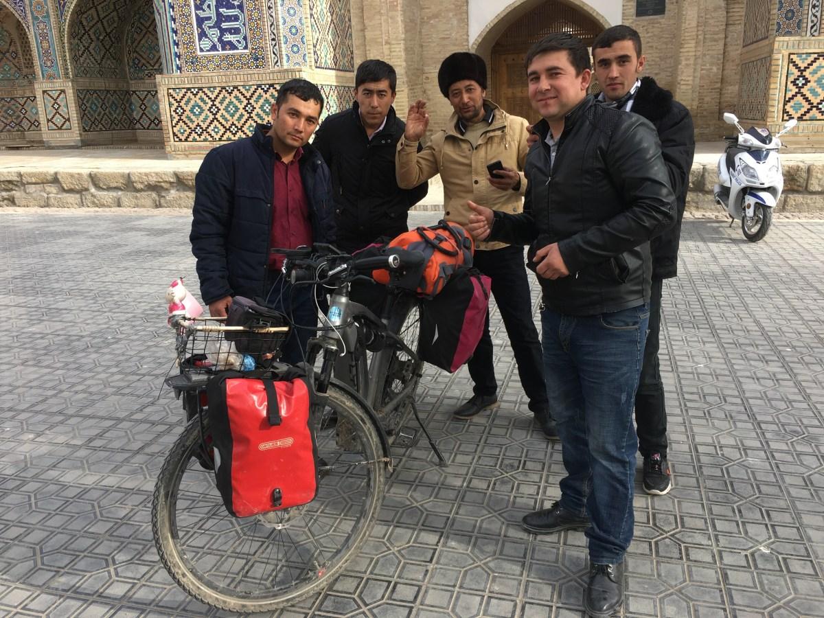 Das mit den schrägen Blicken hört spätestens am Bosporus auf: Diese fünf Usbeken etwa fanden mein Fahrrad ziemlich faszinierend.
