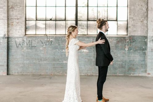 this-wedding-at-the-glass-factory-proves-that-minimalism-can-be-totally-romantic-natalie-broach-photography-12-700x467