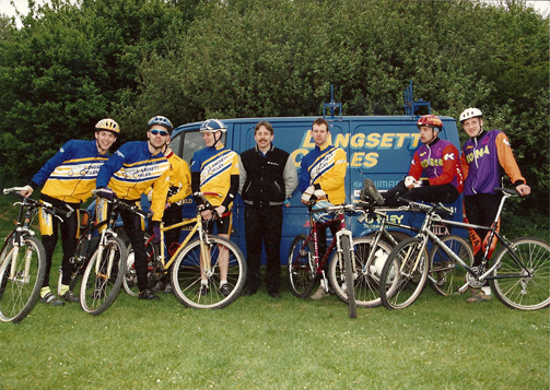 Spot the famous face who's done rather well since this picture... Steve Peat, current downhill world champion from Sheffield! (far right) Mark wearing the cool shades!!!
