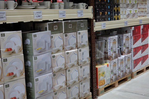 Lots of kitchenware, plates and more...