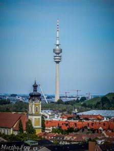 Olympiaturm, im Vordergrund St. Theresa am Dom-Pedro-Platzergrund