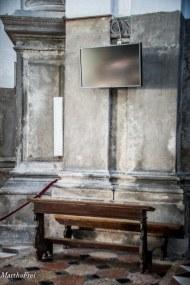 Gottesdienst im 21. Jahrhundert: Mittels Flachbildschirm wird in sämtliche Ecken der Kirche übertragen.