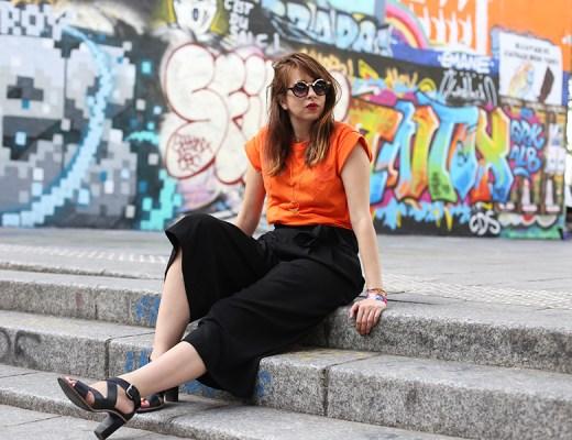 tee shirt orange, comment porter du orange, look, orange, jupe culotte, talons, how to wear orange