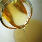 Uje Me Mjalte – Ja Cfare Përfiton Shëndeti Juaj Kur e Pini Esëll