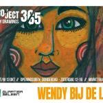 Kunstenaar, illustrator en grafisch ontwerper Wendy bij de Ley uit Zuid-Limburg exposeert van 11 augustus tot en met 13 oktober 2018 in Quartier Geleen. Ze maakte gedurende een jaar elke dag een tekening of schilderij. Op dik papier, op bladzijden uit een boek, geplakt op een stuk karton, iedere dag een nieuw werk. Het resultaat van een jaar lang dagelijkse creativiteit is sinds 11 augustus te zien in Quartier Geleen. Als een tijdlijn geëxposeerd. Van dag 1 tot dag 365 loopt u langs een kleurrijke bende. Een jaar uit het leven van een kunstenaar, een jaar van Wendy. Bij de Ley pakte zich samen met Aad Remkes. Remkes schrijft bij ieder werk uit Project 365 een kwatrijn passend bij de tekening. Tekeningen en kwatrijnen worden gebundeld in een mooi kunstboek. Het is een expositie vol verrassingen en daar komen nog diverse leuke activiteiten bij. Meer daarover vindt u bijtijds op de Facebookpagina van Quartier Geleen. Een van die activiteiten is de volgende: in de maand september wordt de expositie van Wendy bij de Ley voorzien van kunstwerkjes gemaakt van plastic en planten. Op initiatief van Bonne anten Kunstuitleen en Brightlands verzorgt vereniging Mondiaal Beleid gastlessen en workshops aan basisschoolleerlingen uit Geleen. Gastlessen over plastic soup worden gegeven in bij Bonnefanten Kunstuitleen in Geleen en de workshops vinden plaats in Quartier Geleen. De daaruit ontstane kunstwerken versieren de expositieruimte. Geleidelijk (be)groeit de expositie. Op 10 oktober, de dag van de duurzaamheid, vind er een speciaal evenement plaats rondom de expositie en het plastic soup project. Meer informatie hierover volgt. Quartier Geleen is gelegen aan de Markt 98 in Geleen. De expositie is te bezichtigen op donderdag tot en met zaterdag tussen 12:00 en 16:00 uur.