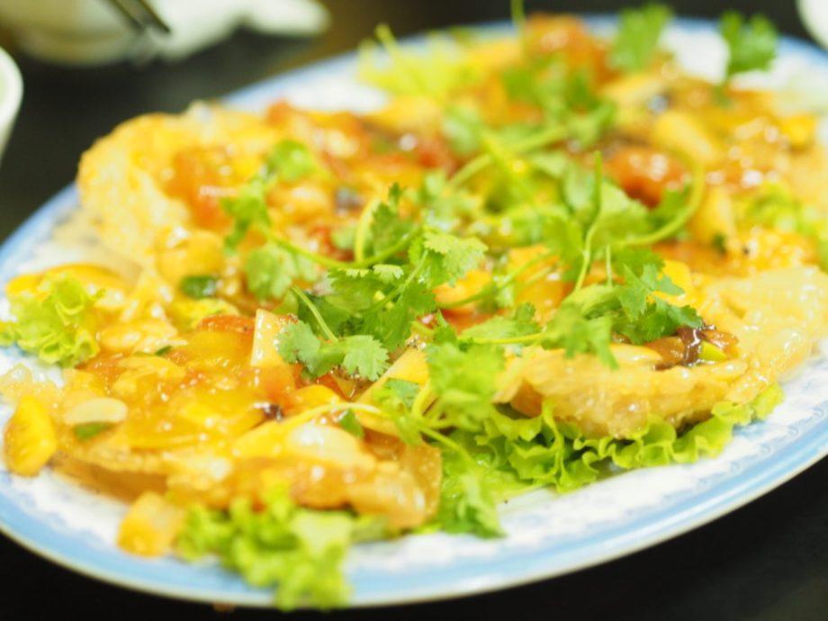 ベトナムホイアンのホワイトローズレストランで揚げワンタン