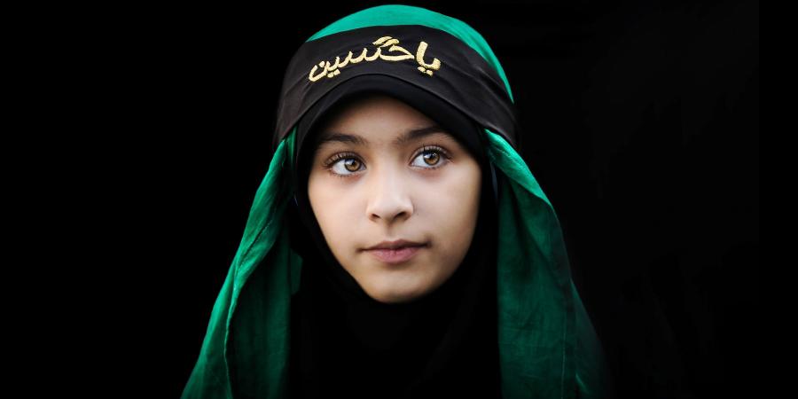 Девочка в хиджабе с надписью «О Хусейн»