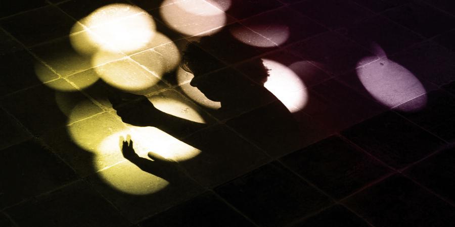 Тень молящегося на полу