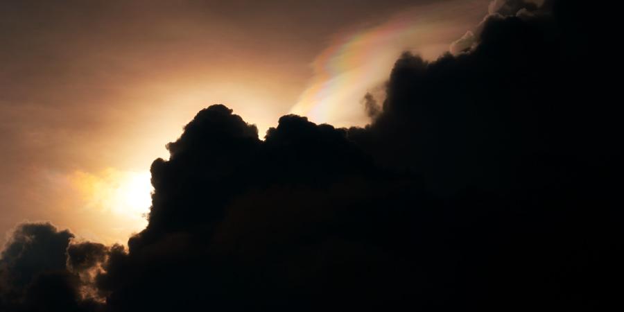 Солнце, скрытое за чёрными облаками