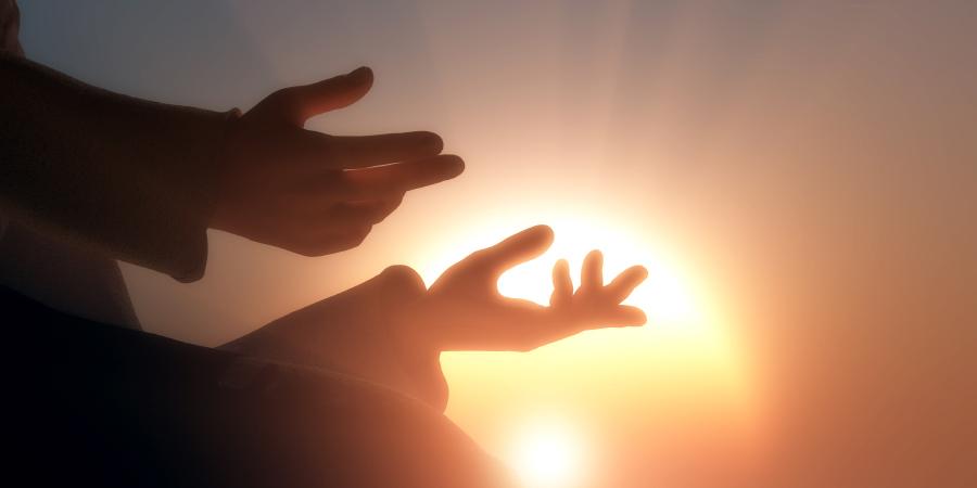 Руки на фоне солнца