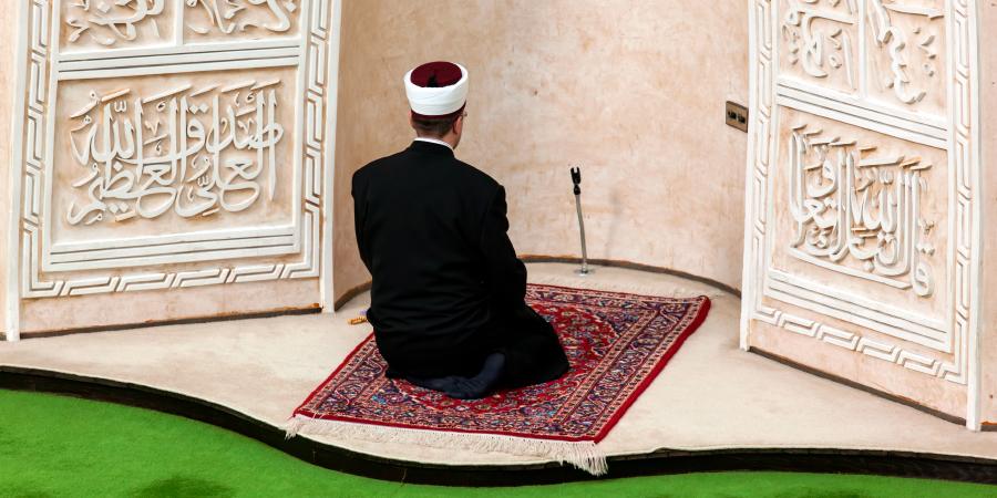 Суннитский имам совершает молитву в мечети