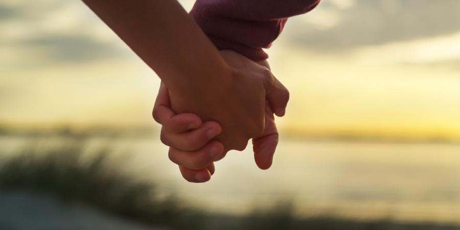 Пара, держащаяся за руки