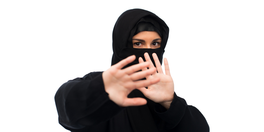 Мусульманка в хиджабе в оборонительной позе