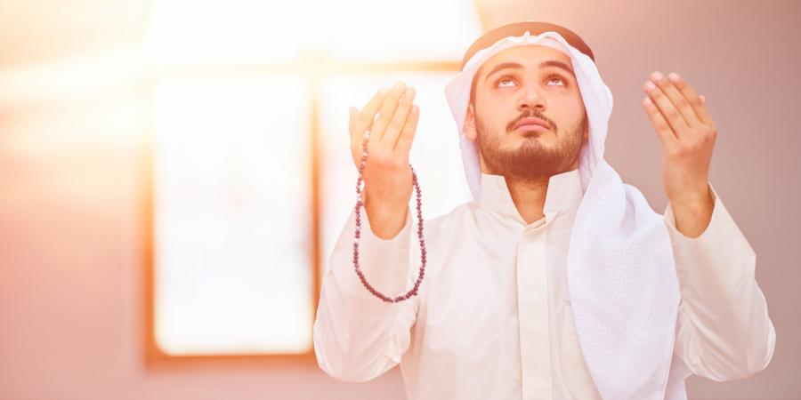 Араб, протянувший руки в молитве