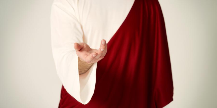 Мужчина в бело-красном одеянии, протягивающий руку