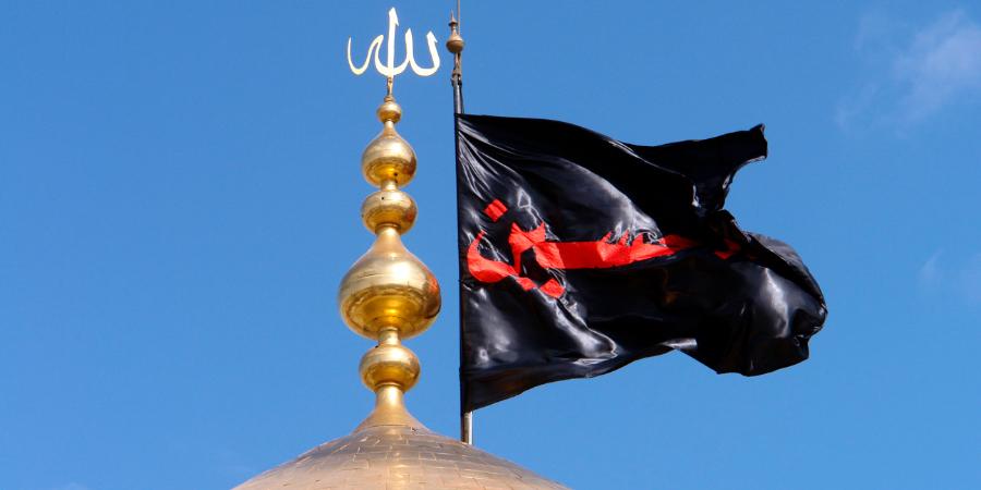 Чёрный флаг с надписью «О Хусейн!» на вершине купола харама Имама Хусейна, Кербела, Ирак