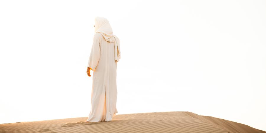 Человек в белом одеянии в пустыне