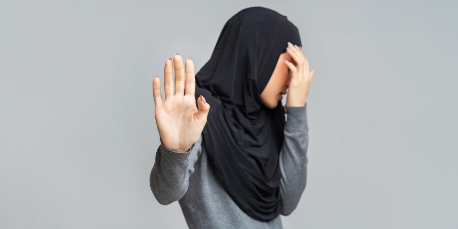 Мусульманка, отворачивающая лицо