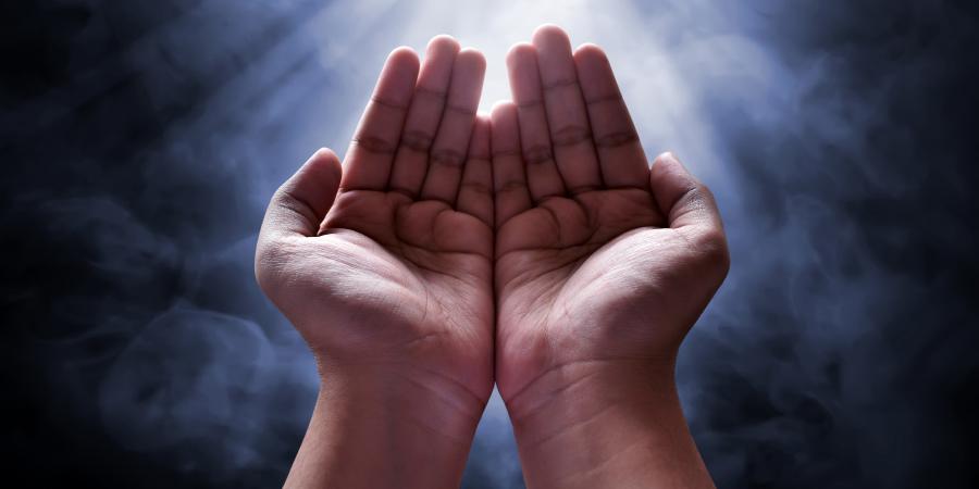 Мужские руки, сложенные в молитве