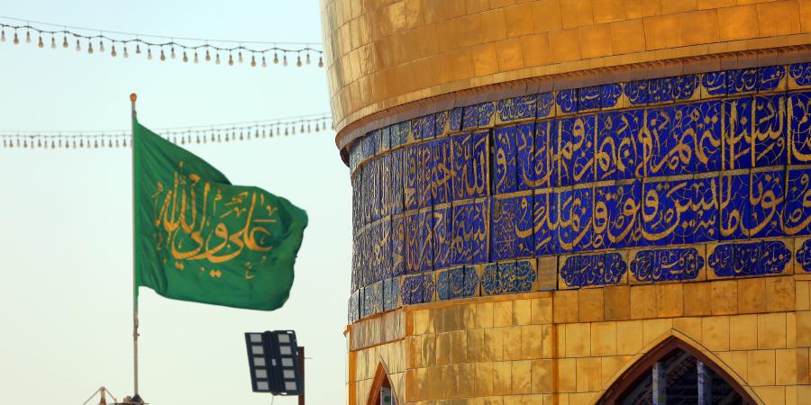 Купол харама Имама Али и зелёный флаг с надписью «Али — вали Аллаха», Наджаф, Ирак