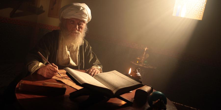 Старик-учёный за работой