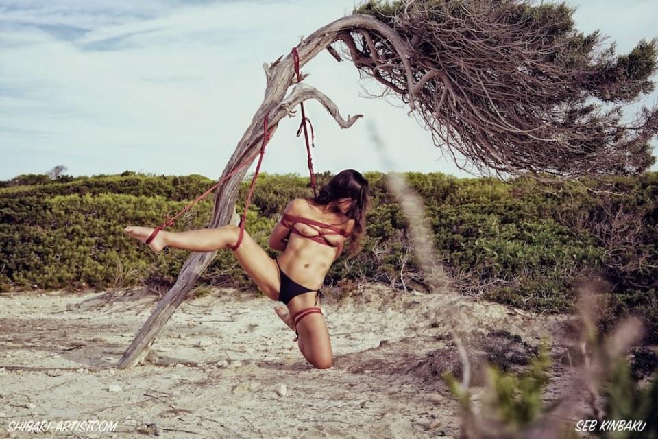 Shibari sur la plage d'Ibiza par Seb Kinbaku