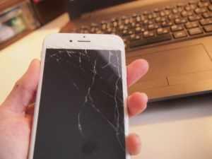 画面にヒビが入っているiPhone