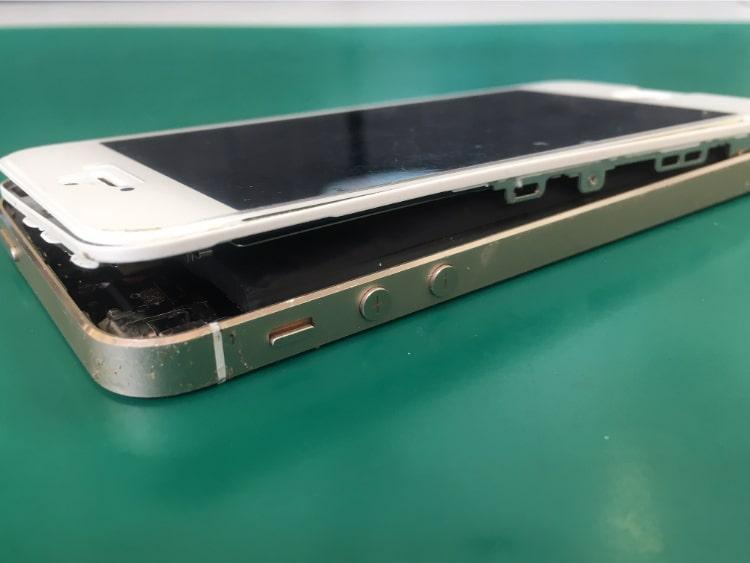 バッテリーが膨らみiPhoneの画面が外れている