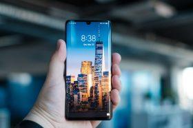 Huawei, kilit ekranı üzerine reklam alıyor