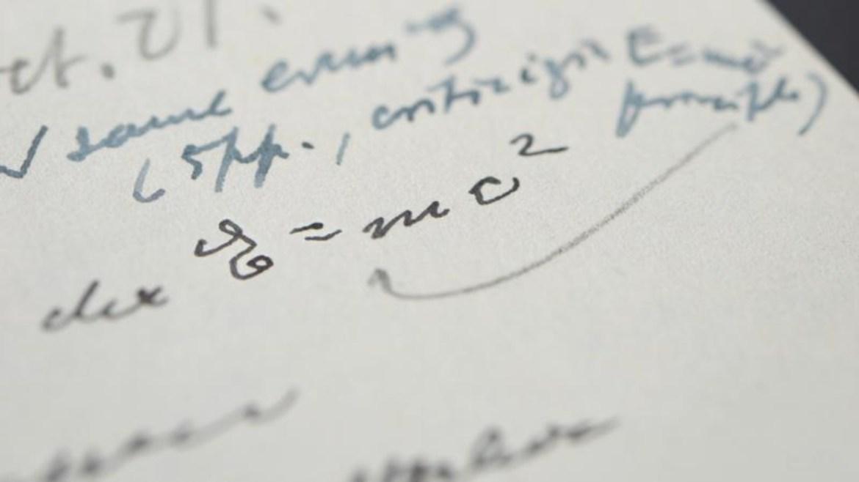 Albert Einstein, kütle-enerji denklemi.