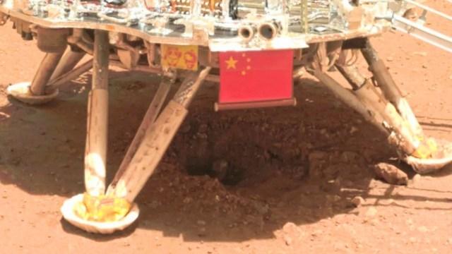 Çin'in Mars gezgini Zhurong'ın özçekimi.