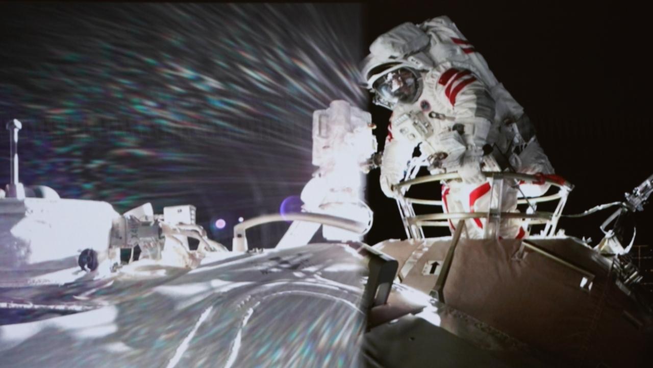 Çin astronotları uzay yürüyüşünde