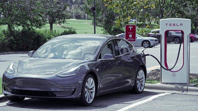 Tesla, pil kısıtlama iddiaları için tazminat ödeyecek