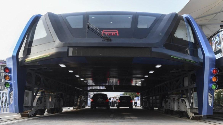Çin otoyollarında Transit yükseltilmiş otobüs