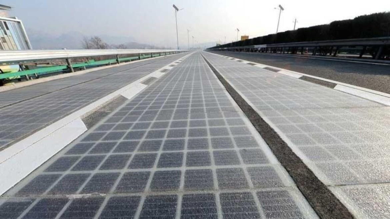 Çin'de elektrikli araç şarj eden otoyol