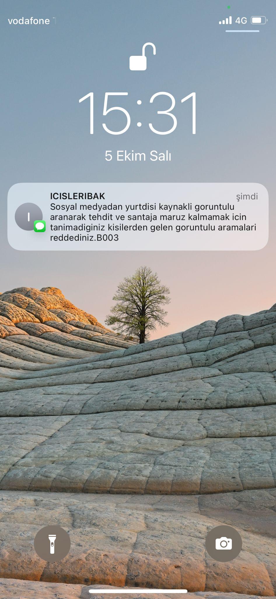 Çeşitli olaylara karşı sık sık vatandaşlara SMS yoluyla bilgilendirmede bulunan İçişleri Bakanlığı'ndan yeni bir uyarı geldi. Kullanıcıları öğleden sonra gönderdiği mesaj yoluyla yurtdışı kaynaklı tehdit ve şantajlara karşı uyaran bakanlık, görüntülü aramalara dikkat çekti.   Sungurlu Haber