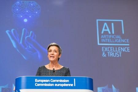 Margrethe Vestager a apresentar a proposta de lei sobre Inteligência Artificial