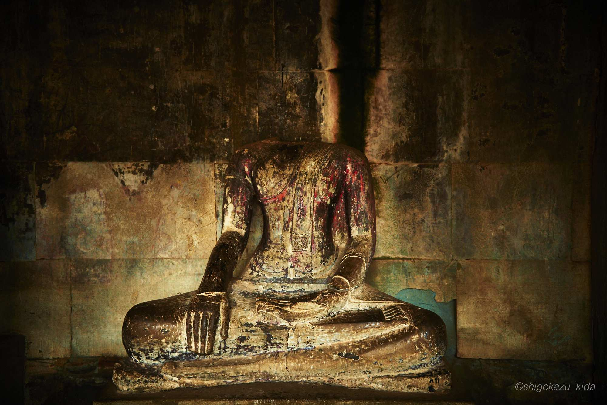 Angkor(アンコール)遺跡群にあるAngkorWat(アンコール・ワット)の首なし石仏・仏像