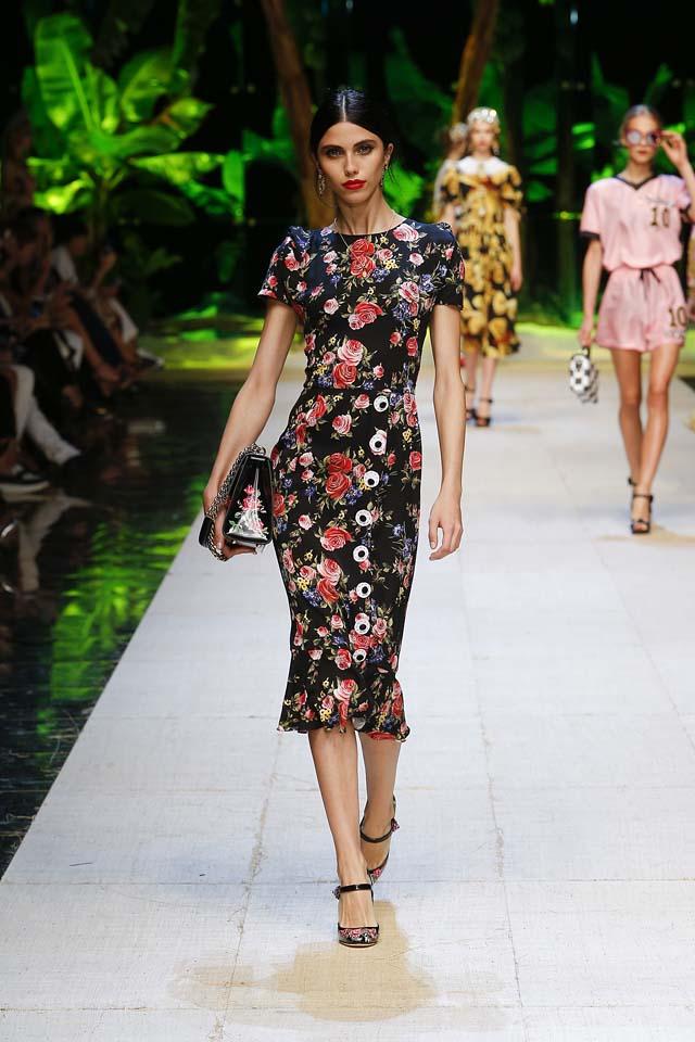 https://i1.wp.com/shilpaahuja.com/wp-content/uploads/2016/10/dolce-gabbana-spring-summer-2017-ss17-rtw-63-floral-print-black-handbag.jpg