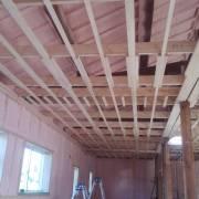 屋根裏まで断熱材の吹付け終了しました
