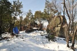 雪の腰越山大岩