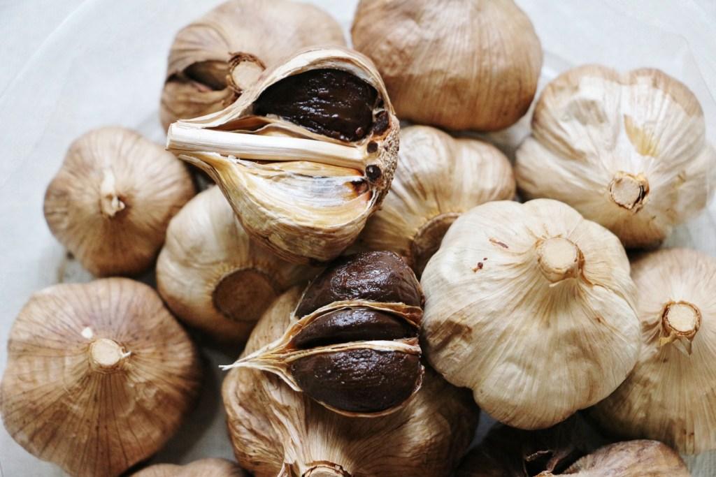 黒にんにく(新栄農場/大漁㈱むつ総合卸売市場)は生にんにくが熟成で熟成でメイラード反応から栄養価がより高くなる