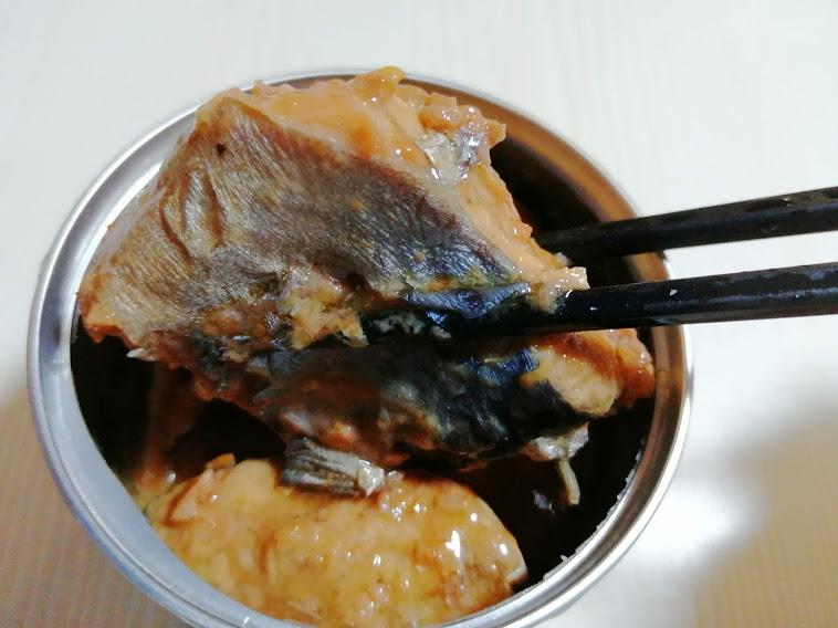 日本のさば味付(HOKO)は国内産さばを使用し青森県の港町八戸の工場において醤油だれで味付け。DHA・EPAを含むさば缶