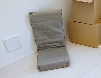 フローリングの傷は座イスでも付きやすいので座椅子を使う際は傷を付けないような対策をしましょう