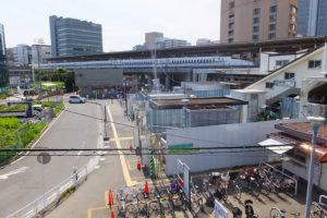 篠原町への玄関口となるJR横浜線・新横浜駅の篠原口、2016年7月現在は地下連絡通路へのエレベータ設置工事が行われている