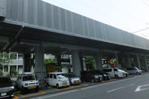新幹線の高架下は駐車場として使われている場所が多い(新横浜1丁目)