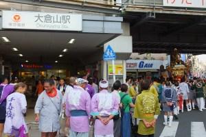 初日10月1日(土)は肌寒い曇天でしたが、2日(日)は一転、暑いほどの好天に。大倉山駅を降りると、祭り一色でした