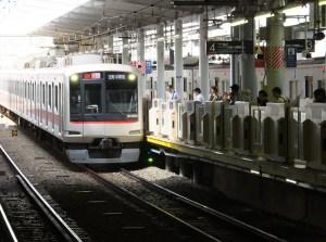 菊名駅の横浜方面ホーム(3・4番線)では今年(2016年)3月からホームドアが設置されている